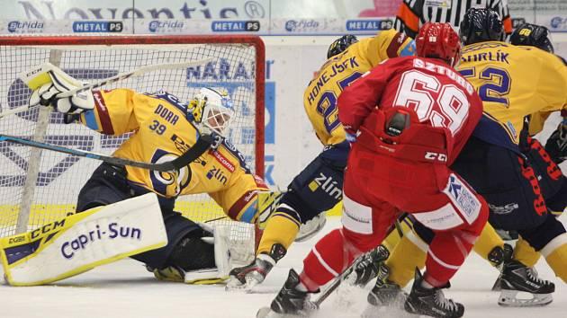 Třinečtí hokejisté (v červeném) i díky hattricku Wolského vyhráli ve Zlíně 4:2.