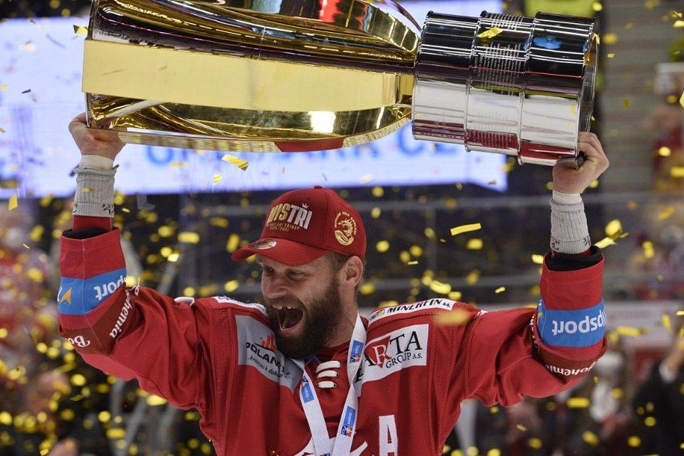 Hokejisté Třince získali mistrovský titul. Na snímku s pohárem kapitán útočník Martin Růžička.