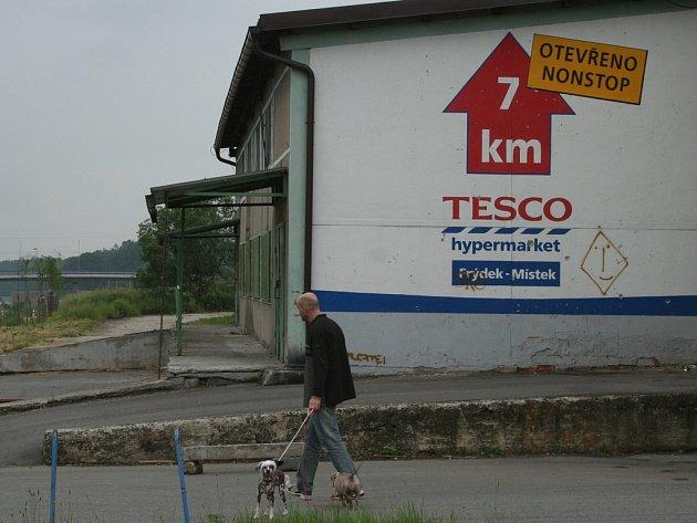 Muž se psem prochází mezi vepřínem a dálnicí. V tomto místě  jezdili doberští skateboardisté, a dokonce si zde postavili překážky. Ty jim ale někdo zničil.
