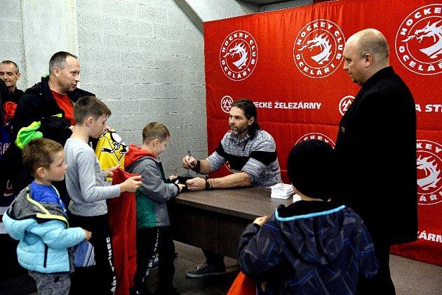 Jaromír Jágr si vTřinci zatrénoval smístní mládeží a oznámil, že jeho start na led se odkládá.