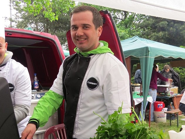 Kuchař Tomáš Braček nemohl minulý víkend chybět na Grillparty, která se konala u hokejové haly ve Frýdku-Místku.