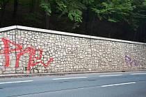 Vandal poničil novou žulovou zeď v Třinci.
