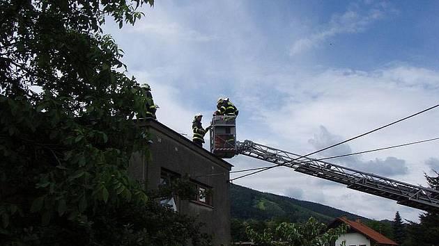 Profesionální hasiči z Třince zachraňovali v úterý 21. června před polednem seniora, kterému se udělalo nevolno na střeše jeho rodinného domku v třinecké části Oldřichovice.