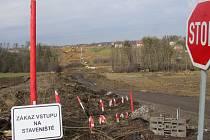 Nová silnice se už staví v Neborech. Úsek k Třanovicím se připravuje.
