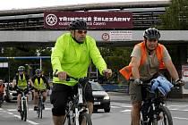 """""""Tour de Werk"""". I takto se přezdívá cestě do práce v podání hutníků na kolech."""