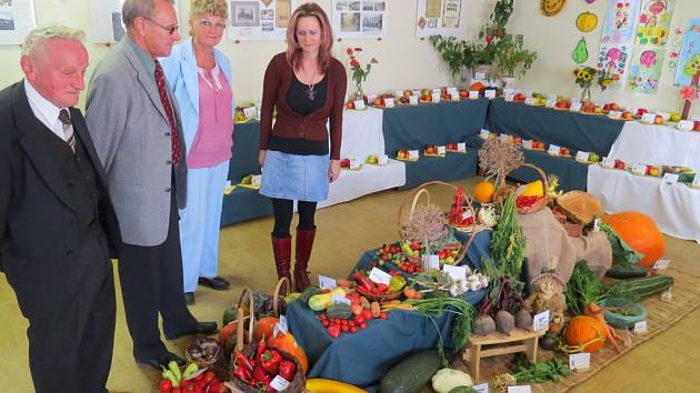 V Raškovicích působí nejen dobrovolní hasiči, klub důchodců či judistický oddíl, ale také zahrádkáři, kteří v říjnu v obci pořádali výstavu ovoce, zeleniny a květin (na snímku).