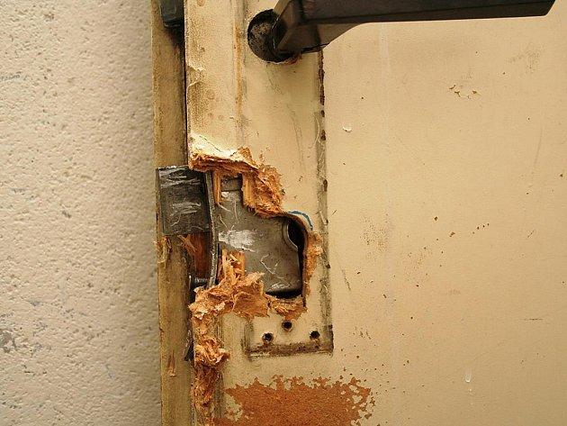 Vypáčený zámek dveří
