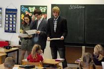 Netradiční učitelé zahajují hodinu ve 2.A. Zcela vpravo stojí Tomáš Šoltys.