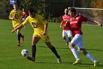 Fotbalisté Lučiny (v červeném) se radují z výhry, když na domácím hřišti přehráli Dolní Lutyni 3:1.