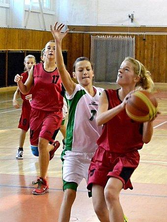 Hráčka BK FM Markéta Zubková (9) před střelbou na koš Ostravy, doskok jistí Losertová (17) a Ručková (19).