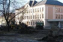 Prostranství před 4. základní školou v Místku na ulici Komenského, kde bylo v minulosti hřiště a odpočinková plocha, právě prochází rekonstrukcí.