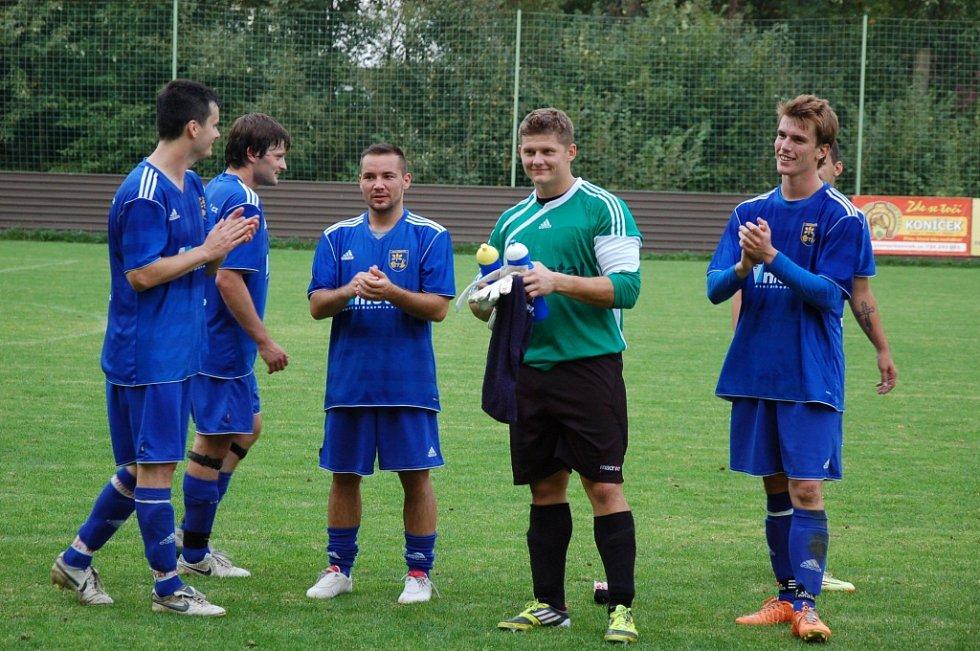 Fotbalisté Dobratic (v modrém) nakonec svého soupeře z Lutyně přestříleli 4:3.
