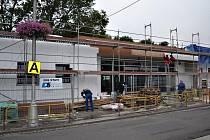 Termín by měli stavbaři stihnout, budova by tak mohla být uvedena do provozu od pondělí 27. srpna.