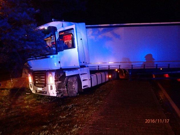 Polský řidič nezvládl otáčecí manévr.