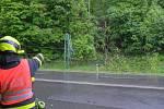 Na automobil v Bašce spadly v pondělí dráty vysokého napětí, pomohli hasiči.