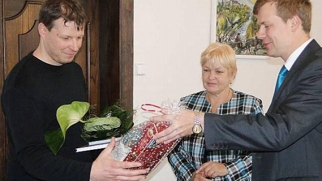 Primátor Frýdku-Místku Michal Pobucký (vpravo) děkuje společně se senátorkou Evou Richtrovou Michalu Čančíkovi.