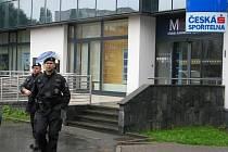 Bezprostředně po přepadení policisté místeckou pobočku spořitelny uzavřeli. Po lupiči pátrají.