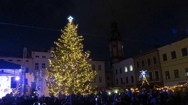 Na místeckém náměstí Svobody se při slavnostní akci rozzářil vánoční strom.
