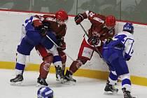 Hokejisté Frýdku-Místku (v červených dresech) dál sní svůj letošní sen. Na úvod barážových bojů zdolali srdnatě bojující Tábor 4:1 a v průběžném pořadí tak srovnali krok právě s táborskými hokejisty. Další duel je čeká v pátek na ledě Jablonce nad Nisou.