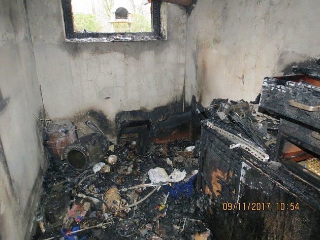 Snímek po zásahu hasičů u požáru dříví ve sklepních prostorách rodinného domku v Písku na Jablunkovsku.