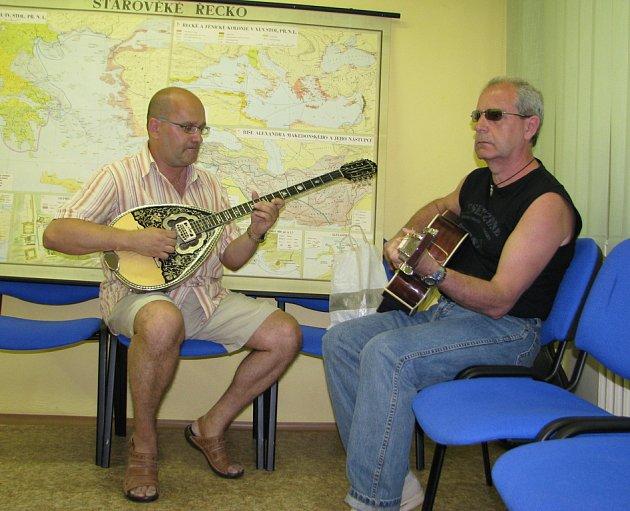 K poslechu zahráli Christos (vlevo) a Jorgos Betosovi.