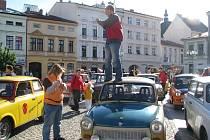 Desítky trabantů zaplnily v sobotu po deváté hodině místecké náměstí.