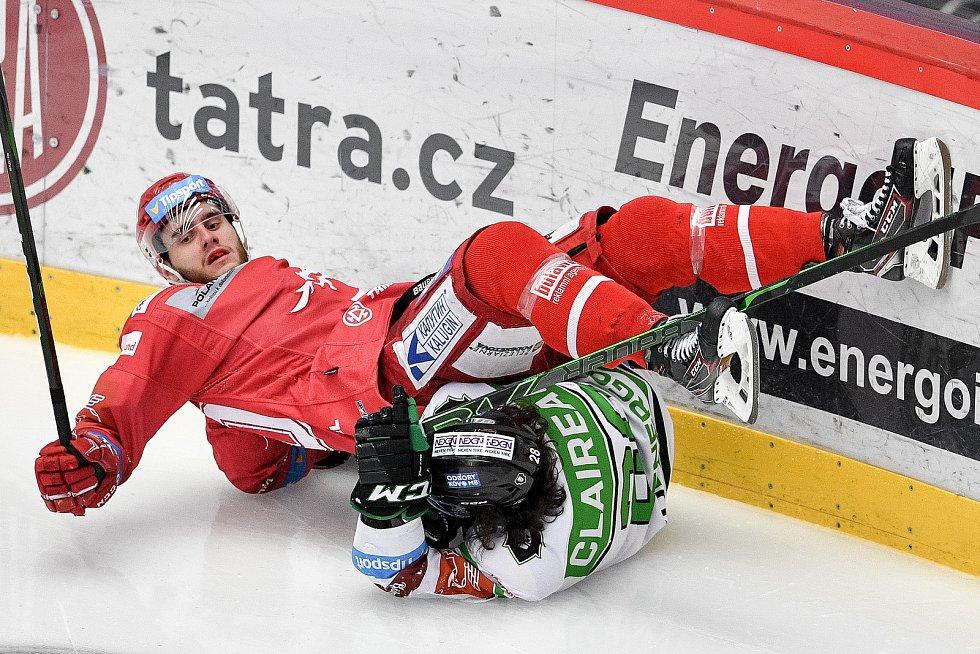 Semifinále play off hokejové Tipsport extraligy - 5. zápas: HC Oceláři Třinec - BK Mladá Boleslav, 11. dubna 2021 v Třinci. (Zleva) Miloš Roman z Třince a Valentin Claireaux z Mladé Boleslavi.