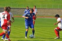 Fotbalisté Třince (v modrých dresech) hostili v přípravném zápase Trenčín.