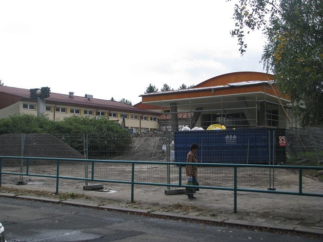 Hlavní vchod do 6. ZŠ v Třinci je kvůli stavbě nepřístupný, čtrnáct tříd prvního stupně rozváží ráno autobusy po okolních školách.