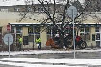 Pracovníci technických služeb ve Frýdku Místku postupně prostříhávají keře. Menší větve ihned na místě štěpují v připraveném drtiči.