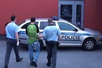Fantoma, který za denního světla vykrádal obchody, policisté dopadli.
