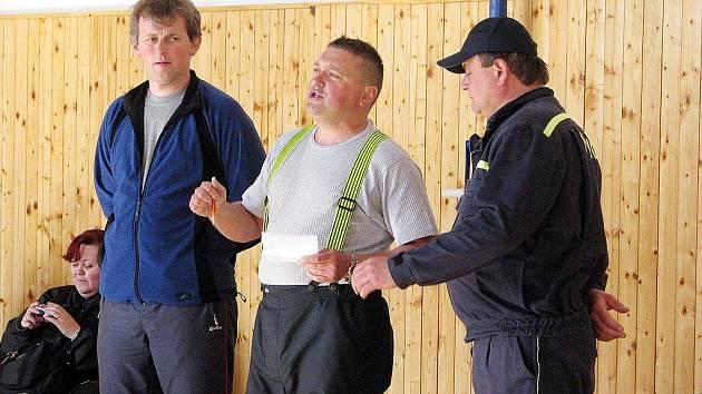 """Dobrovolní hasiči z Hnojníku uspořádali v polovině dubna náročnou soutěž jednotlivců, kdy na hasiče čekal běh ve školní budově s plněním úkolů, navíc hasiči byli v """"plné zbroji"""". Na snímku vysvětlují dobrovolní hasiči z Hnojníku ostatním, co vše je čeká."""