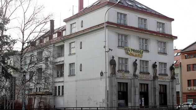 Budova bývalé Moravia banky v sousedství Národního domu už patří městu.
