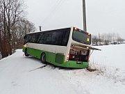 Linkový autobus, který sjel ve Skalici, místní části Frýdku-Místku, mimo komunikaci a opřel se o sloup museli v sobotu 5. ledna vyprostit hasiči.