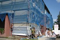 Budova mateřské školy v Pražmě je nyní obestavěna lešením a probíhá tu čilý stavební ruch. Školka dostává zateplení a novou fasádu.