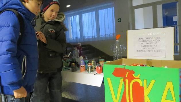 Plastová víčka mohou lidé vkládat do připravené krabice ve vestibulu budovy základní školy v Brušperku. Sběr zde potrvá ještě týden.