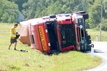 Převrácený kamion.