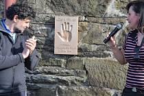 Chata na Javorovém oslavila 120 let. Na příchozí čekala dvě překvapení, mimo jiné byla odhalena originální kovová plastika v podobě odlitku dlaně, které se mohou příchozí po výšlapu na dominantu Třinecka dotknout pro štěstí.