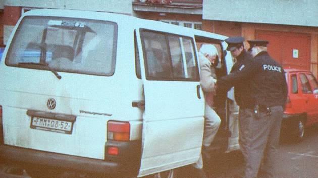 Třinečtí policisté zadrželi s pomocí devatenáctiletého mladíka staršího muže z Polska, který jako na běžícím páse vykrádal byty na Frýdecku-Místecku. Případ prezentovali na tiskové konferenci v úterý 2. března.