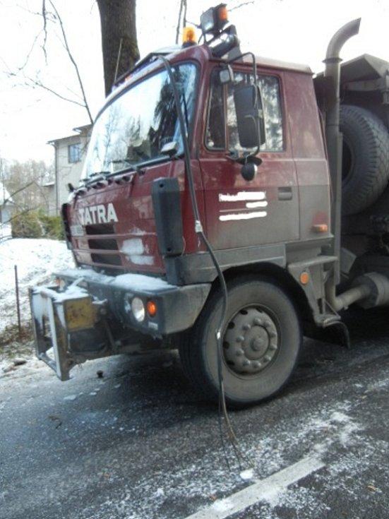 Hasiči museli zasahovat v Jablunkově u spadlého elektrického vedení na nákladní automobil.