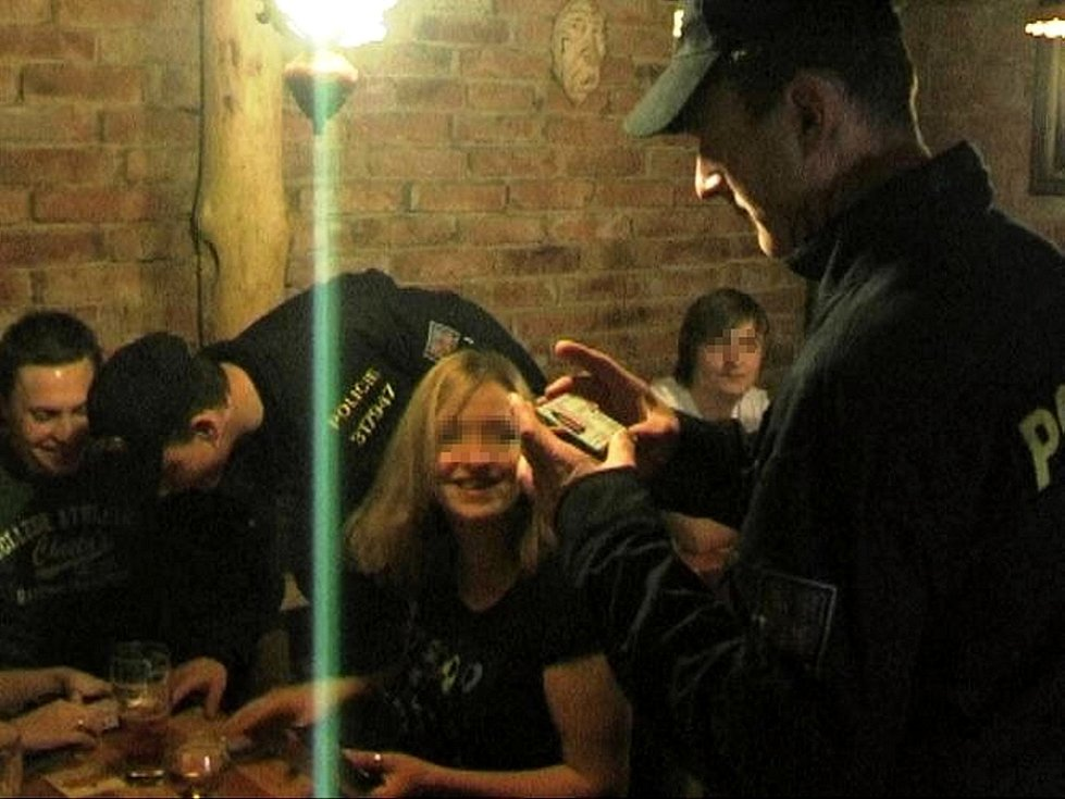 Pět desítek policistů z Frýdecko-Místecka se během víkendu zaměřilo na popíjení alkoholu osob mladších osmnácti let v restauracích ve Frýdku-Místku, Pakovicích a Frýdlantu nad Ostravicí.