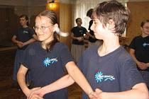 Každou volnou chvíli věnují v těchto dnech  malí tanečníci z Ostravičky nácviku. Své umění již za pár dnů předvedou v daleké Číně.