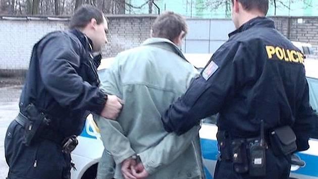 Devětatřicetiletý muž z Polska měl znásilnit minimálně dvě ženy.