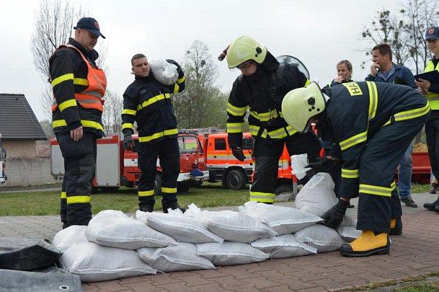 Cvičení, kterého se zúčastnili i hasiči, mělo prověřit připravenost města na povodně.