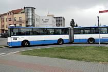 Testovací jízda kloubovým autobusem skrz ulice Frýdku-Místku dopadla podle města dobře. Autobus potřebuje k bezpečnému provozu dostatečný manévrovací prostor.
