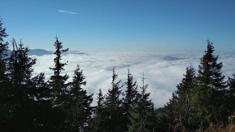 Z Lysé hory se naskýtají zajímavé výhledy do údolí.