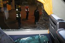 Takto dopadla kabina autokaru, která převážela fotbalisty Jablonce na pohárový zápas do Frýdku-Místku. Přes rozbité sklo bylo vidět policisty azáchranáře, kteří dorazili na místo.