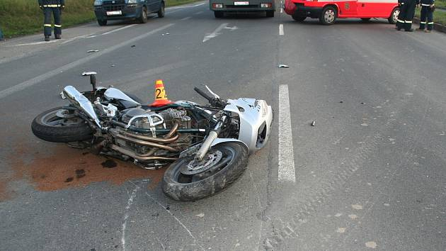 Devatenáctiletý motorkář přišel ve středu odpoledne o život na hlavní silnici v Hrádku. Traktor vyjíždějící z vedlejší silnice mu pravděpodobně nedal přednost.