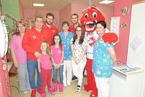 Hokejisté navštívili dětské oddělení.