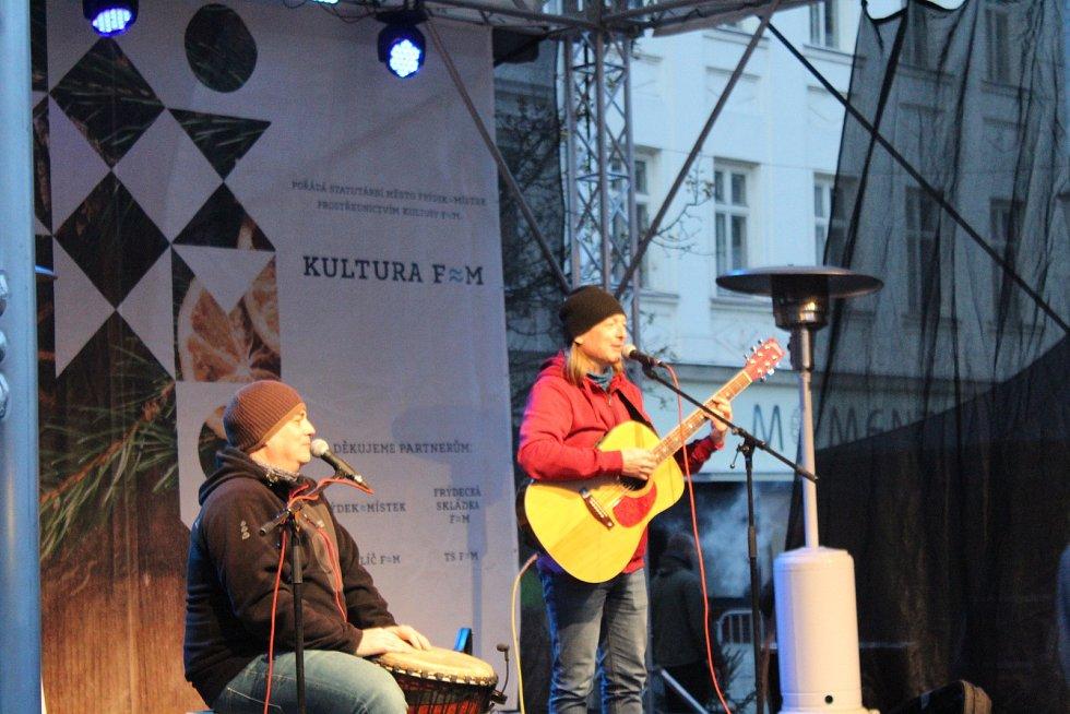 Ve Frýdku-Místku se v pátek slavnostně rozzářil vánoční strom i výzdoba po celém městě. Na snímku vystoupení Reného Součka.